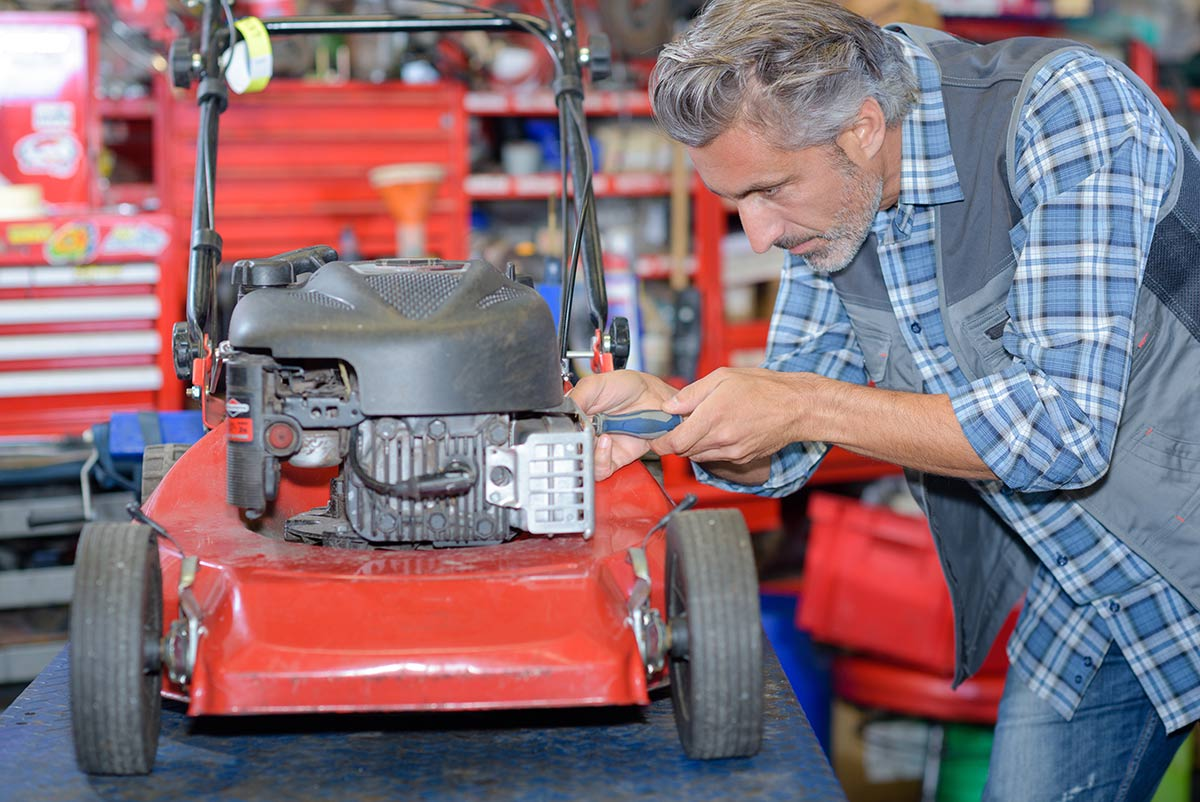 How to fix a self propelled lawn mower in your workshop